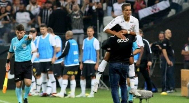 Corinthians classificado, graças à canhota de Pedrinho