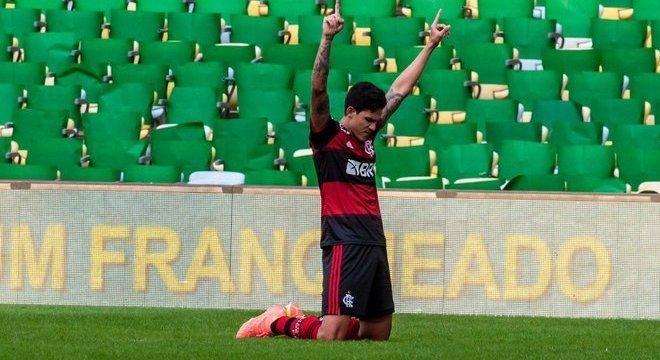Pedro comemorando o primeiro gol. Sem piedade do ex-time