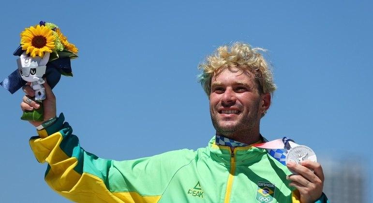 Barros repetiu compatriotas do skate e conquistou terceira medalha de prata para Brasil