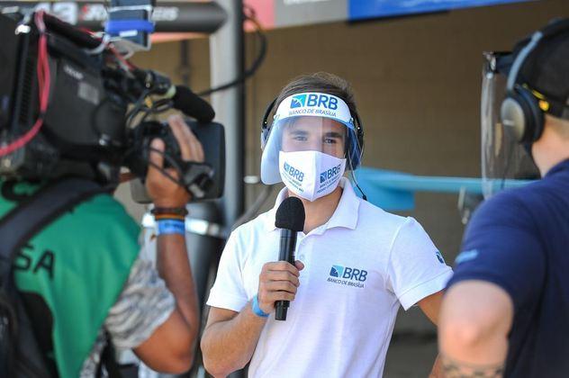 Pedro Cardoso dá entrevista nos boxes. O piloto conseguiu apoio na última hora para disputar a temporada
