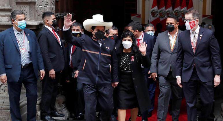 De chapéu, Castillo chegou à cerimônia de posse como presidente acompanhado da família