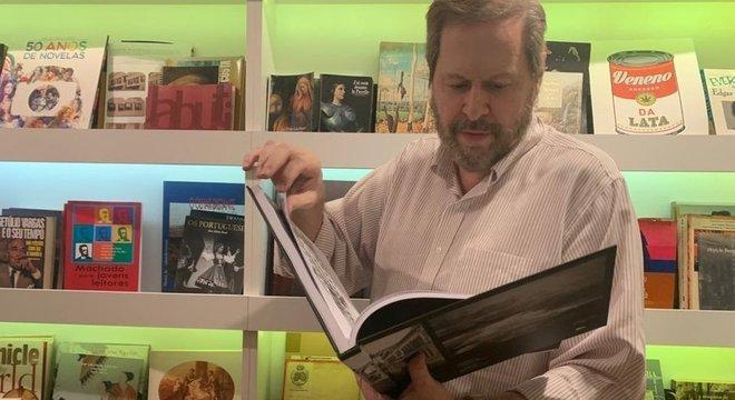 Pedro Corrêa do Lago é o dono da maior coleção particular de manuscritos do mundo