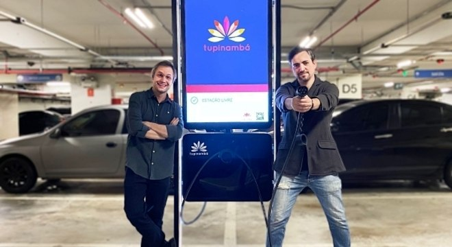 Pedro de Conti e Davi Bertoncello lançam primeiro posto de recarga veicular (Foto: Divulgação)