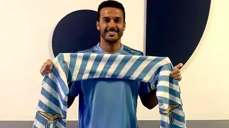 PEDRO: Dispensado por José Mourinho, o atacante deixou a Roma para acertar com a maior rival, a Lazio. O jogador firma contrato por dois anos com o novo time