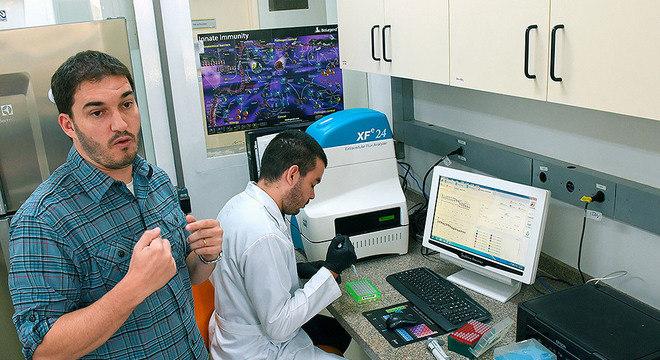 Pedro Vieira (à esq.)  criou o primeiro laboratório de imunometabolismo do país