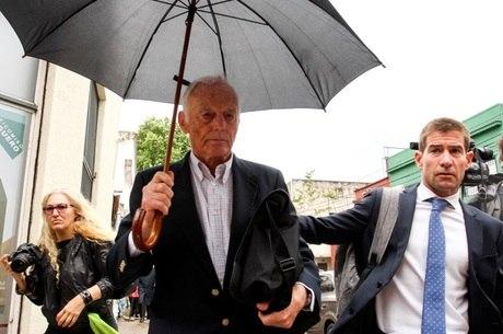 Pedro Muller, um dos condenados, deixa tribunal