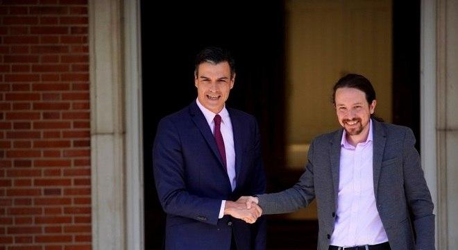 O socialista Sanchez (e) e Iglesias, do Podemos, não conseguem formar governo
