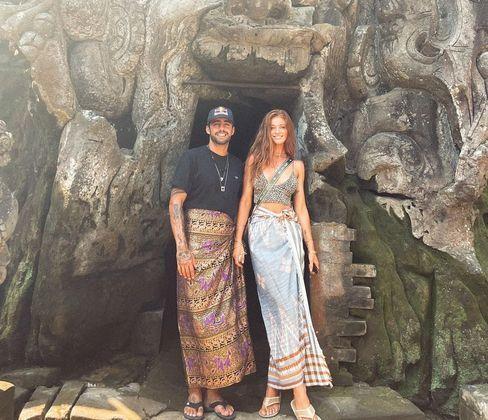 O surfista Pedro Scooby e a modelo Cintia Dicker se casaram pela primeira vez no dia 9 de novembro de 2020, em Portugal. A cerimônia foi íntima, simples e simbólica. O plano inicial, de fazer uma festa grande, foi descartado por causa da crise de covid-19