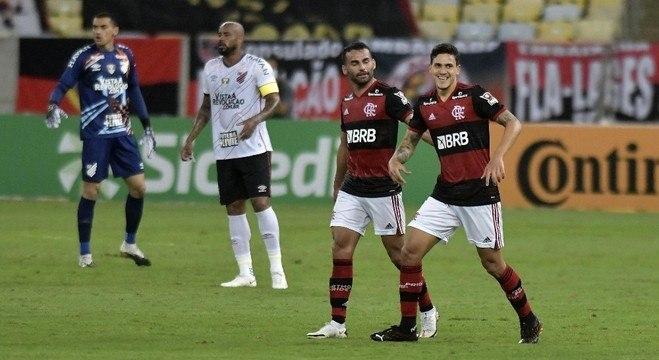Pedro comemora com Thiago Maia um dos gols da vitória do Flamengo