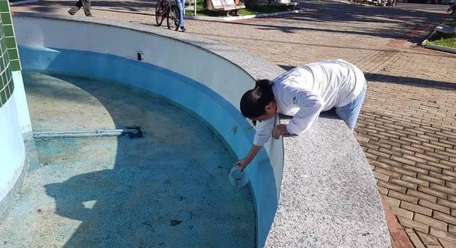 Peixes guarus foram colocados na fonte da Praça Arthur Pagnozzi, em Dracena