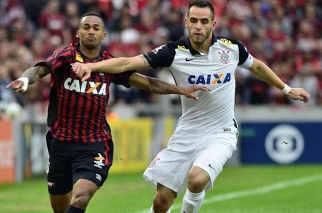 Pela 31ª rodada do Brasileirão de 2015, o Corinthians não tomou conhecimento do Athletico-PR, em Curitiba, e com dois gols de Vagner Love e dois de Renato Augusto fez 4 a 1, em um dos últimos jogos antes da confirmação do título nacional.