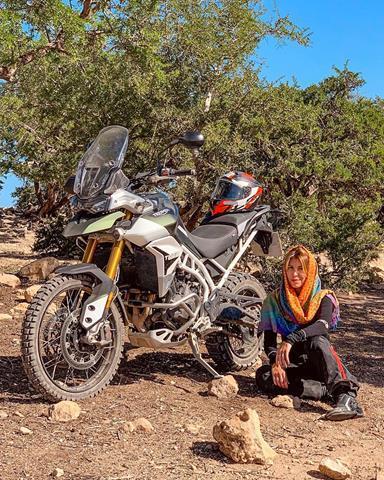 Karina durante lançamento da nova Tiger 900
