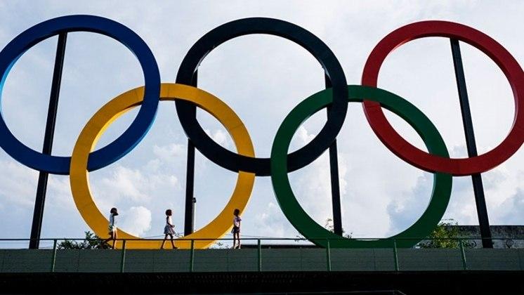 Pela primeira vez, uma edição de Olimpíada foi adiada, assim como a Paralimpíada. Tóquio-2020 chegou a iniciar rituais como a tocha olímpica (sem presença de público). Mas países anunciaram que não iriam enviar seus atletas e comitês pressionaram o Comitê Olímpico Internacional (COI), que optou pelo adiamento. Os Jogos Olímpicos acontecerão entre 23 de julho e 8 de agosto (no futebol, o limite de idade mudará de 23 para 24 anos). Os Jogos Paralímpicos, por sua vez, acontecerão entre 24 de agosto e 5 de setembro