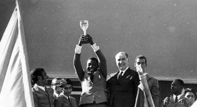 Havelange ajudou financeiramente Pelé. Exigiu proximidade com governo militar