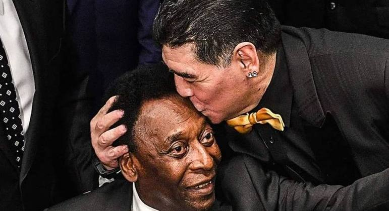 Pelé e Maradona. Os dois maiores jogadores da história. Velhice de maneira muito diferente