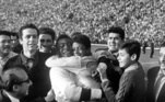 Santiago de Chile 22-6-1962 .- Brazilian soccer star Pelé (left), unable to play in last nigh's World Cup final because of injuries sustained in an earlier tie, hugs his replacement Amarildo after Brazil's 3-1-victory over czechoslovakia for the world title in Santiago.