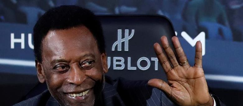 Pelé acena ao público durante evento de patrocinador em Paris
