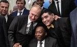 RUSIA FÚTBOL MUNDIAL:EPA139. MOSCÚ (RUSIA), 01/12/2017.- El presidente ruso Vladimir Putin (izda) posa junto al argentino Diego Armando Maradona (dcha) y al brasileño Pelé, antes del sorteo del Mundial de Rusia 2018 celebrado en el Palacio del Kremlin de Moscú, Rusia, el 1 de diciembre del 2017. EFE/Alexey Nikolsky