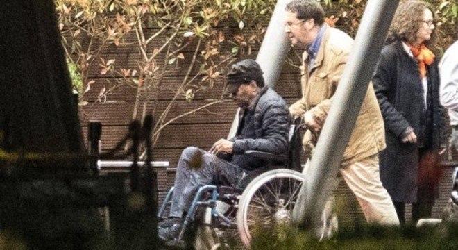 Cadeira de rodas. Não está sendo fácil para Edson. É muito pesado ter sido Pelé