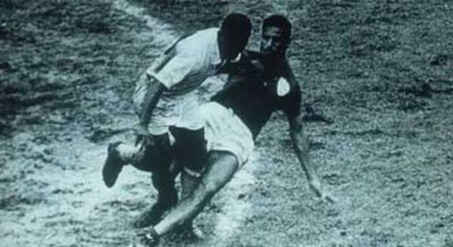 Pelé sofreu milhares de faltas. Não simulava depois dos pontapés como Neymar