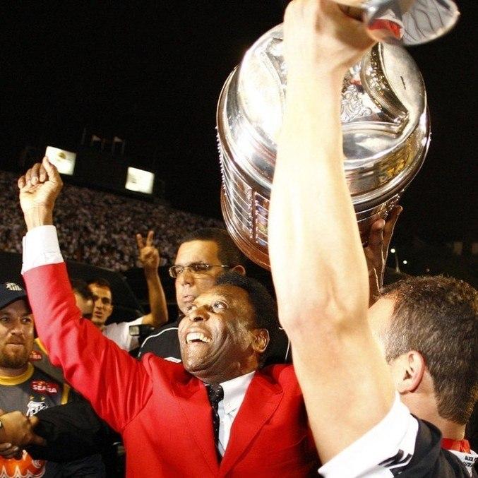 Há dez anos, Pelé 'enlouqueceu' o Pacaembu, com o tri da Libertadores do Santos