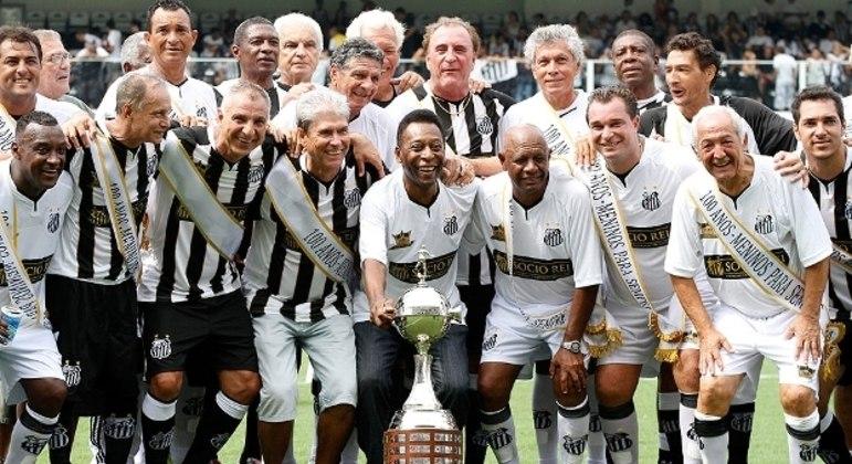 Pelé e veteranos do Santos celebram o troféu da Libertadores. Em 2012