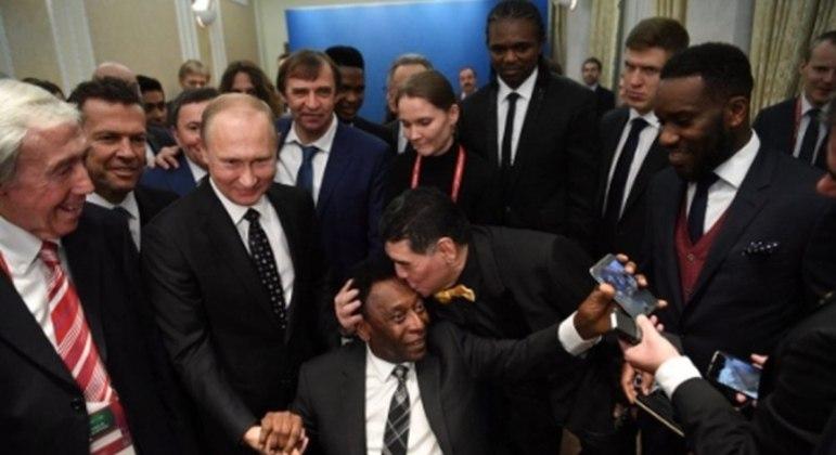 Pelé, preso à cadeira de rodas, recebe beijo de Maradona, em 2017. Imagem que incomoda