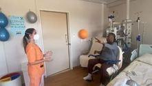 Pelé publica vídeo fazendo exercício com fisioterapeuta em hospital