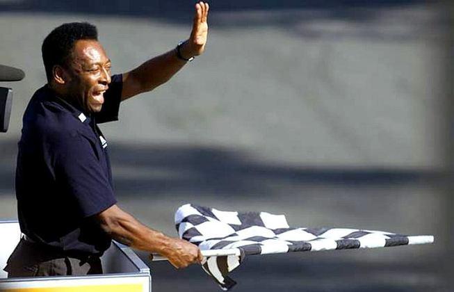 Pelé afirma que foi distraído pelo diretor de prova no momento em que Michael Schumacher cruzou a linha de chegada para vencer em Interlagos