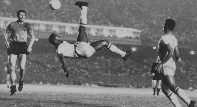 Registro do gol de bicicleta de Pelé no jogo contra a Bélgica no Maracanã em 1965