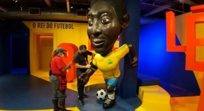 Pelé - braçadeira de luto por Maradona