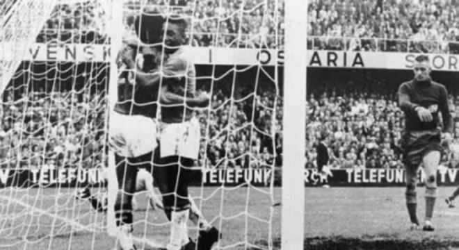 Pelé brilhou na final da Copa de 58 e anotou dois gols no primeiro mundial do Brasil