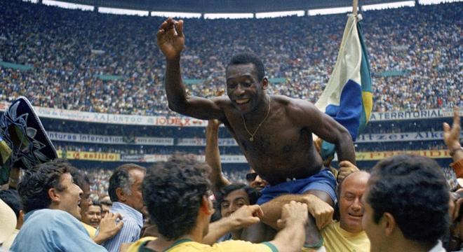 Rivellino, de costas, e Pelé, na comemoração do triunfo