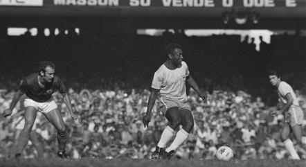 Pelé atua no jogo de despedida e Clodoaldo observa