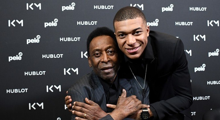 """Pelé  fez questão de mandar uma mensagem de incentivo a Mbappé. """"Cabeça erguida"""""""