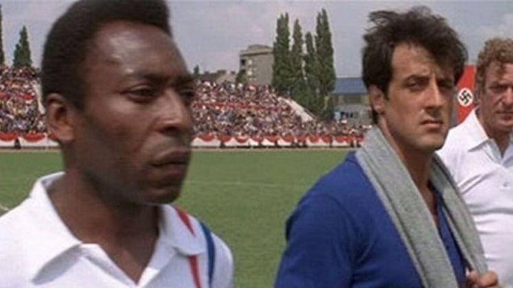 Pelé e Sylvester Stallone no mesmo time? Aconteceu nas telas de cinema, graças ao diretor John Houston. Baseado em uma passagem da Segunda Guerra Mundial, o filme