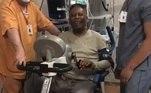 Pelé tranquiliza fãs com vídeo bem humorado fazendo fisioterapiaVEJA MAIS