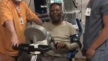 Pelé tranquiliza fãs com vídeo bem humorado fazendo fisioterapia