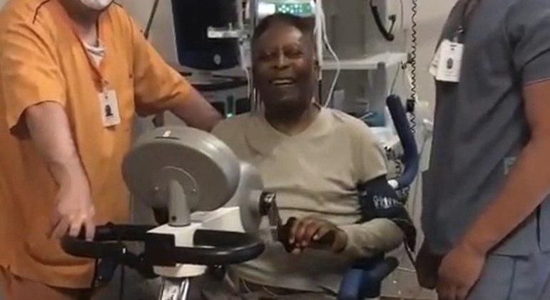 Pelé compartilhou vídeo muito bem humorado fazendo fisioterapia