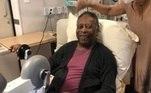 Pelé sorri durante sessão de fisioterapia no hospital