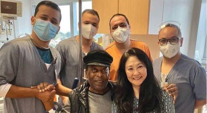 Pelé postou foto ao lado da equipe médica e da mulher, Márcia Aoki
