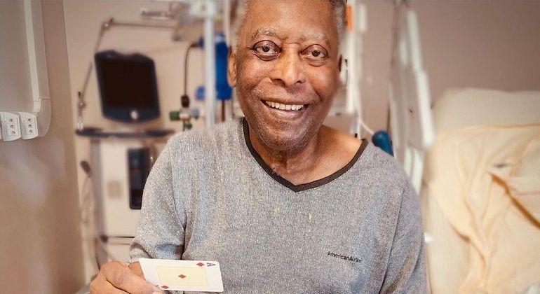 Pelé segue internado no hospital, mas se recupera a cada dia