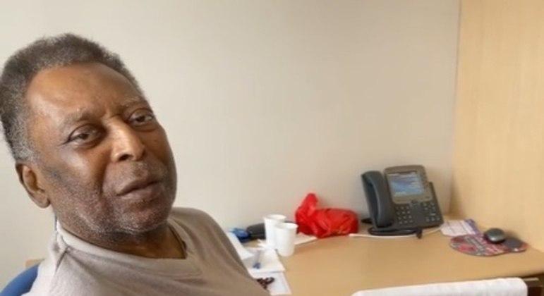 Filha de Pelé publica vídeo do Rei cantando hino do Santos; confira