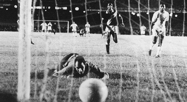 O milésimo gol de Pelé, que não existiu para os puristas das estatísticas