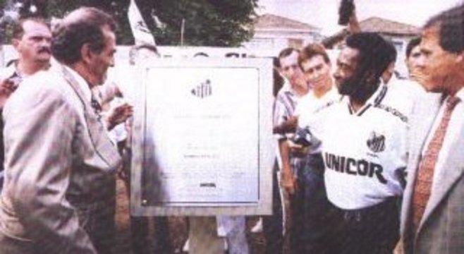 Samir Abdul-kak homenageia Pelé com uma placa no CT do Santos