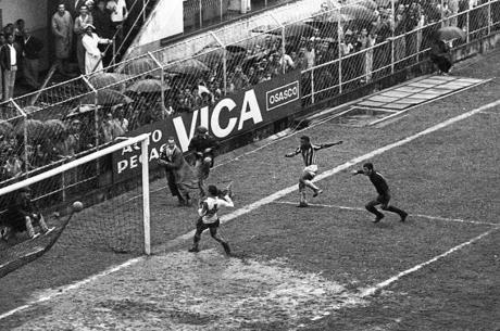 Antonio Lucio registra um dos gols de Pelé