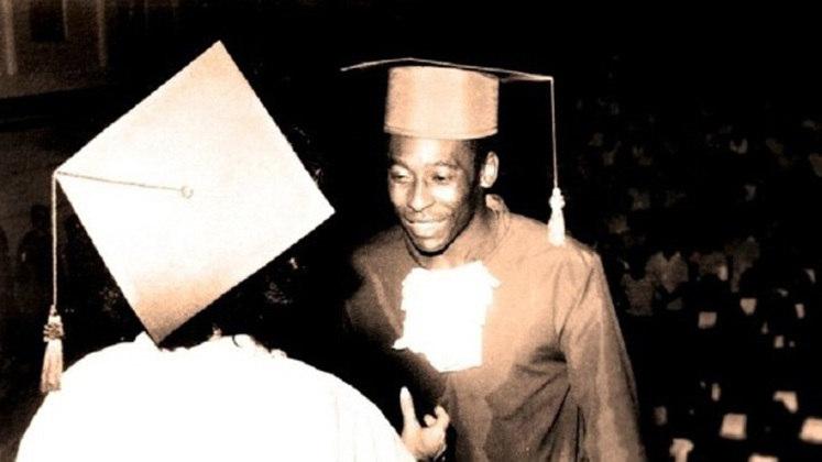 Pelé se formou em Educação Física na década de 1970.
