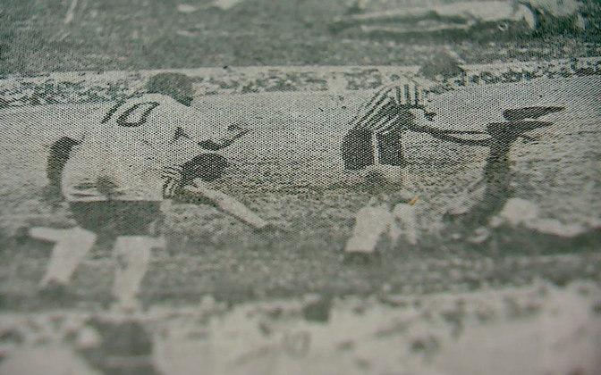 Pelé também anotou dez gols contra o Atlético-MG, clube contra o qual jogou após ter marcado o seu gol mil (em partida na qual acabou expulso e viu o Peixe perder por 2 a 0).  America-RJ e Universidad De Chile também levaram dez gols de Pelé