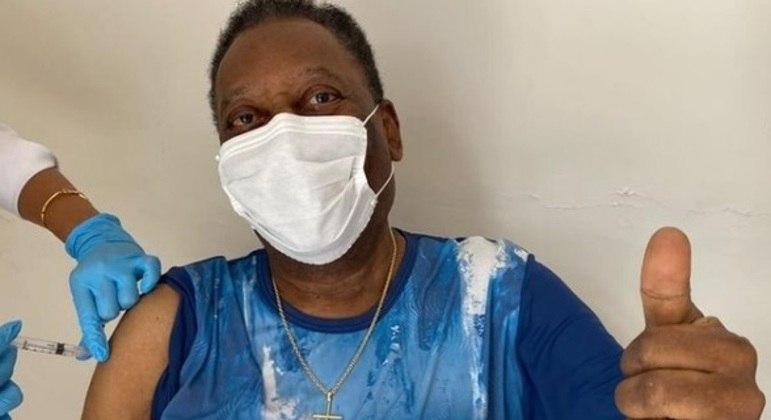 Pelé recebeu a primeira dose da vacina contra a covid-19