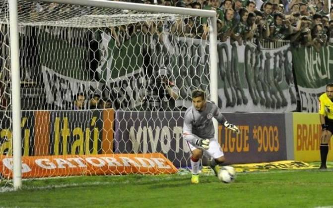 Pelo Campeonato Brasileiro de 2016, Internacional e Chapecoense se enfrentavam na Arena Condá, até que o goleiro Dida cometeu pênalti e foi expulso. O atacante Rafael Moura foi para o gol, mas não defendeu a cobrança e o Colorado foi derrotado por 5 a 0.